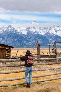 Mormon Row and Teton Range, Grand Teton National Park, Wyoming, United States of America, North Amerの写真素材 [FYI03794769]