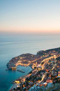 Dusk over the town of Dubrovnik, UNESCO World Heritage Site, Dubrovnik, Croatia, Europeの写真素材 [FYI03794786]