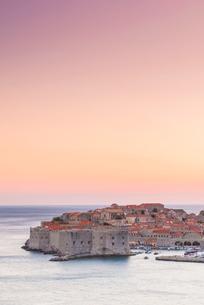 Dusk over the old town, UNESCO World Heritage Site, Dubrovnik, Croatia, Europeの写真素材 [FYI03794823]