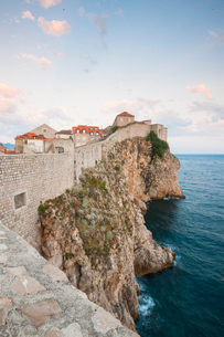View of the old town from the city walls, UNESCO World Heritage Site, Dubrovnik, Croatia, Europeの写真素材 [FYI03794837]