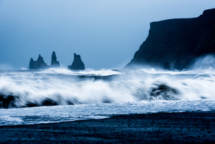 Crashing waves on Black Sand Beach, Iceland, Polar Regionsの写真素材 [FYI03794883]