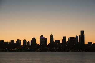 Seattle skyline at dawn, as seen from Alki Beach, Seattle, Washington State, United States of Americの写真素材 [FYI03794982]