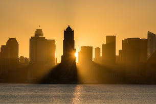 Seattle skyline at sunrise, as seen from Alki Beach, Seattle, Washington State, United States of Ameの写真素材 [FYI03794995]