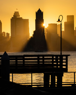 Seattle skyline at sunrise, as seen from Alki Beach, Seattle, Washington State, United States of Ameの写真素材 [FYI03794996]