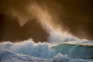 Waves crashing against rocks, Clogher Strand, Dingle Peninsula, County Kerry, Munster, Republic of Iの写真素材 [FYI03795093]