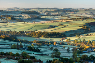 View from Curbar Edge at sunrise in autumn, looking south towards Baslow and Chatsworth, Peak Distriの写真素材 [FYI03795095]