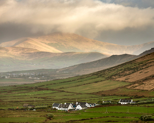 Traditional houses, fields and mountains, looking north from Waymont, Dingle Peninsula, County Kerryの写真素材 [FYI03795104]