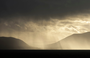 Rain-clouds over the Dingle Peninsula, County Kerry, Munster, Republic of Ireland, Europeの写真素材 [FYI03795113]