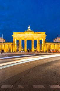 Light trails by Brandenburg Gate at night in Berlin, Germany, Europeの写真素材 [FYI03795201]
