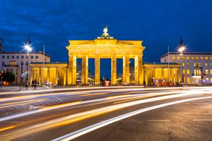 Light trails by Brandenburg Gate at night in Berlin, Germany, Europeの写真素材 [FYI03795202]
