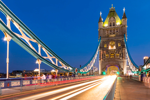 Light trails on Tower Bridge at sunset in London, England, Europeの写真素材 [FYI03795208]