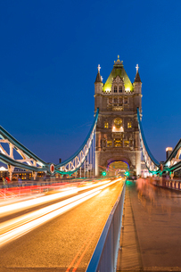 Light trails on Tower Bridge at sunset in London, England, Europeの写真素材 [FYI03795209]