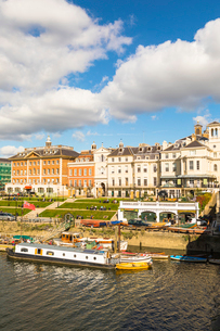 Buildings by river in Richmond, England, Europeの写真素材 [FYI03795210]