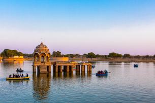 Gadisar Lake in late afternoon light, Jaisalmer, Rajasthan, India, Asiaの写真素材 [FYI03795214]