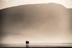 Couple taking a Sunday afternoon walk on Traigh Eais, Barra, Outer Hebrides, Scotland, United Kingdoの写真素材 [FYI03795250]