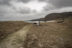 Abandoned caravan at Cleit Beach in rain and stormy weather, Barra, Outer Hebrides, Scotland, Unitedの写真素材 [FYI03795260]