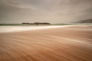 Sandwood Bay in early morning with Cape Wrath in far distance, Sutherland, Scotland, United Kingdom,の写真素材 [FYI03795263]