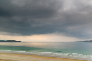 Luskentyre Beach, West Harris, with Taransay in the far distance, Outer Hebrides, Scotland, United Kの写真素材 [FYI03795284]