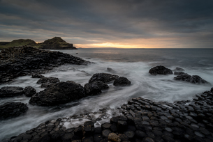 Giant's Causeway at sunset, UNESCO World Heritage Site, County Antrim, Northern Ireland, United Kingの写真素材 [FYI03795288]