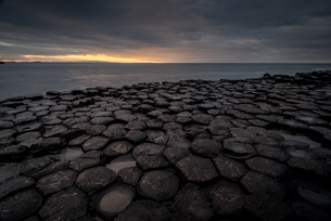 Giant's Causeway at sunset, UNESCO World Heritage Site, County Antrim, Northern Ireland, United Kingの写真素材 [FYI03795290]