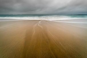 Water trails on Sennen Beach, with Brissons in far distance, Sennen, Cornwall, England, United Kingdの写真素材 [FYI03795315]