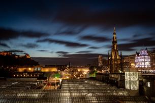 Scott Monument, Waverley Station at night, Edinburgh, Scotland, United Kingdom, Europeの写真素材 [FYI03795347]