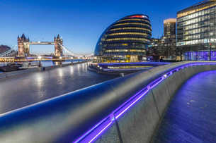City Hall, River Thames and Tower Bridge at dawn, London, England, United Kingdom, Europeの写真素材 [FYI03795360]