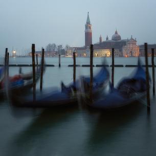 Long exposure of gondolas by San Giorgio Maggiore, Venice, Italy, Europeの写真素材 [FYI03795403]