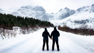 At 68 Degrees North, a couple consider Arctic Winter landscape of Lofoten, Nordland, Norway, Europeの写真素材 [FYI03795446]