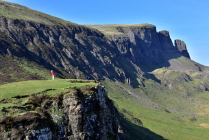Tourists enjoying the beautiful views of the Quiraing, Isle of Skye, Inner Hebrides, Scotland, Uniteの写真素材 [FYI03795483]