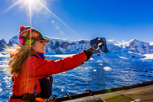 Documenting the scenic view of the glacial ice and floating icebergs in Antarctica, Polar Regionsの写真素材 [FYI03795598]