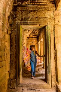 Woman tourist at Angkor Wat, Angkor, UNESCO World Heritage Site, Siem Reap, Cambodia, Indochina, Souの写真素材 [FYI03795623]
