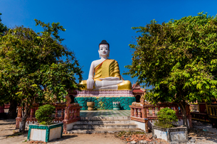 Angkor Ban temples and statues in Kampong Cham, Cambodia, Indochina, Southeast Asia, Asiaの写真素材 [FYI03795648]