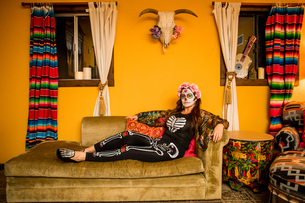 Woman in Dia de los Muertos makeup and costume, Day of the Dead celebration in the desert, Californiの写真素材 [FYI03795701]