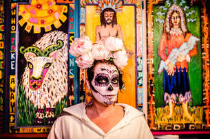 Woman in Dia de los Muertos makeup and costume, Day of the Dead celebration in the desert, Californiの写真素材 [FYI03795707]