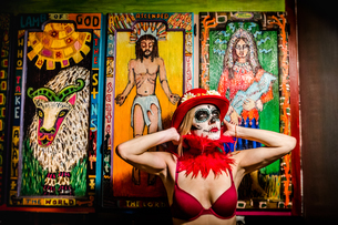 Woman in Dia de los Muertos makeup and costume, Day of the Dead celebration in the desert, Californiの写真素材 [FYI03795714]