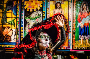 Woman in Dia de los Muertos makeup and costume, Day of the Dead celebration in the desert, Californiの写真素材 [FYI03795715]