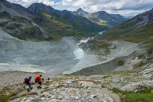 Hikers beside the Moiry Glacier on the Walkers Haute Route from Chamonix to Zermatt, Swiss Alps, Valの写真素材 [FYI03795762]