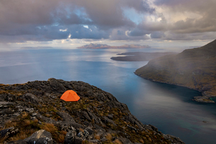Wild camping on the top of Sgurr Na Stri on the Isle of Skye with views towards the Isle of Soay, Isの写真素材 [FYI03795773]