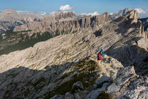 Hiking in typical mountainous terrain of the Dolomites range of the Alps on the Alta Via 1 trekkingの写真素材 [FYI03795786]