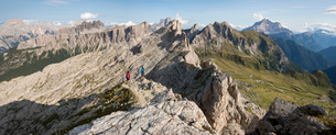 Hiking in typical mountainous terrain of the Dolomites range of the Alps on the Alta Via 1 trekkingの写真素材 [FYI03795794]
