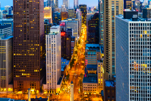 Chicago skyscrapers and North Michigan Avenue at dusk, Chicago, Illinois, United States of America,の写真素材 [FYI03795838]