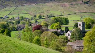 Burnsall Village and River Wharfe in springtime, North Yorkshire, Yorkshire, England, United Kingdomの写真素材 [FYI03795913]