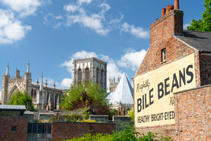 York Minster and the Bile Beans Ghost sign at Lord Mayors Walk, just outside the York city Bar Wallsの写真素材 [FYI03795926]