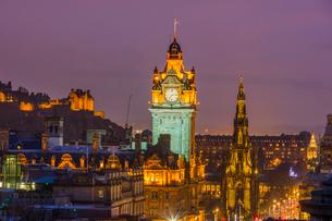 Edinburgh at dusk, UNESCO World Heritage Site, Edinburgh, Scotland, United Kingdom, Europeの写真素材 [FYI03795933]