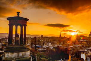 Edinburgh sunset view from Calton Hill, Dugald Stewart Monument, Edinburgh, Scotland, United Kingdomの写真素材 [FYI03795942]