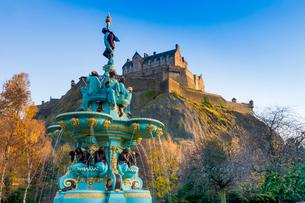 Edinburgh Castle and Ross Fountain, West Princes Street Gardens, Edinburgh, Scotland, United Kingdomの写真素材 [FYI03795943]