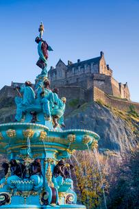 Edinburgh Castle and Ross Fountain, West Princes Street Gardens, Edinburgh, Scotland, United Kingdomの写真素材 [FYI03795947]