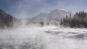 Mist rising off the waters of the Bow River in sub-zero winter weather, Canmore, Alberta, Canadian Rの写真素材 [FYI03796000]