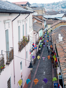 One of the narrow cobbled streets of Quito's historic centre, Quito, Ecuador, South Americaの写真素材 [FYI03796053]